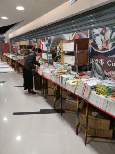 108台中義賣書展-佈展中6