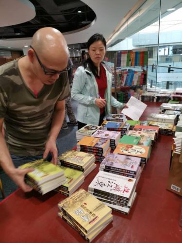 108台中義賣書展-佈展中7