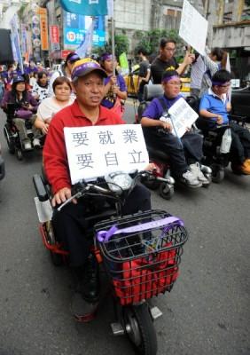 多個身心障礙團體抗議8日前往勞委會抗議,要求平等就業的權利,隨後並以遊行方式轉往凱到陳情。(記者王敏為攝)