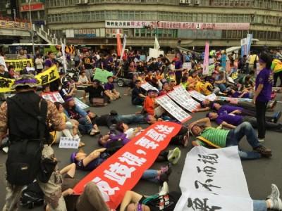 視而不見,要尊嚴遊行,進300人走上街頭,中斷忠孝東路近10分鐘。(記者陳炳宏攝)