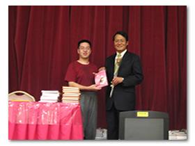 胡志強市長著作『淚光奇蹟』簽名書義賣,由副市長蕭家旗先生代表頒書。
