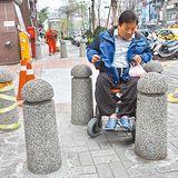 5根柱擋道 輪椅族「難過」