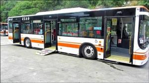 台北客運橘5線,首度引進三門低地板公車,10日起營運。(交通局提供)