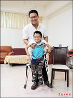 大學伴助身障小巨人 熱誠不喊苦