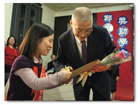 博士班李昱瑩同學代表肢障同學向行政院長獻花及獻言